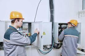электромонтеры на опасном производстве